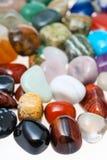 Muitas pedras preciosas minerais naturais lustradas perto acima Fotografia de Stock Royalty Free
