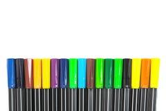 muitas penas coloridas arranjaram a parte inferior do quadro branco do fundo Para uma parte superior do quadro prepare para um es Fotos de Stock Royalty Free