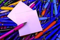 Muitas penas de esferográfica coloridas, lustrosas Imagens de Stock Royalty Free