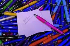Muitas penas de esferográfica coloridas, lustrosas Fotos de Stock Royalty Free