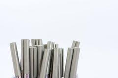 Muitas penas de esferográfica em um fundo branco fotografia de stock