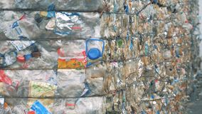Muitas pilhas de garrafas plásticas, fim acima vídeos de arquivo