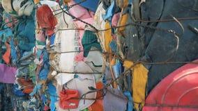 Muitas pilhas de lixo plástico, fim acima vídeos de arquivo