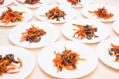 Muitas placas com salada fresca com carne e tomates na tabela Alimento saudável Imagens de Stock