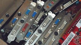 Muitas placas de vídeo Cartão e circuitos de computação gráfica: DVI, conectores do porto da exposição Fundo da tecnologia Foco s foto de stock
