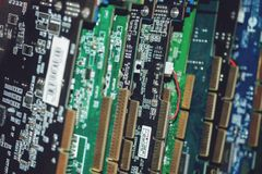Muitas placas de vídeo Cartão e circuitos de computação gráfica: DVI, conectores do porto da exposição Fundo da tecnologia Foco s imagem de stock royalty free