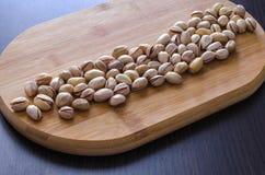 Muitas porcas de pistaches em shell rachados e inteiros Fotografia de Stock Royalty Free