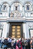Muitas portas do Oriente Próximo dos turistas do Baptistery Fotos de Stock Royalty Free