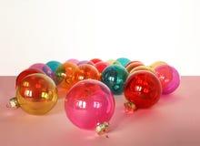 Muitas quinquilharias de vidro coloridas do Natal no fundo branco Fotos de Stock
