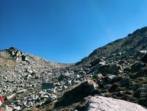 Muitas rochas na parte superior da montanha de Himalaya imagem de stock