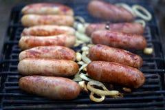 Muitas salsichas da bratwurst na grade. Imagem de Stock Royalty Free