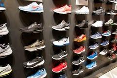 Muitas sapatas modernas novas na parede imagem de stock
