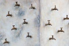 Muitas torneiras de água montadas na parede imagem de stock royalty free