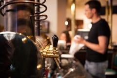Muitas torneiras douradas da cerveja na barra Foto de Stock Royalty Free