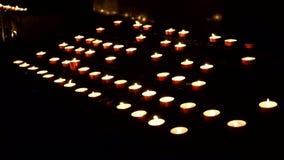 Muitas velas ardentes na igreja, cristandade filme