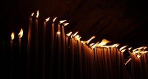 Muitas velas em uma fileira Fotos de Stock