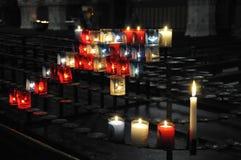 Muitas velas religiosas em uma sustentação preta foto de stock royalty free