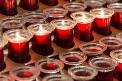 Muitas velas votivas vermelhas Foto de Stock