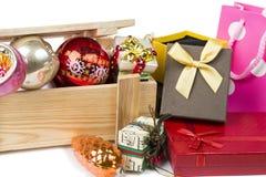 Muito a árvore de Natal brinca com caixa de madeira e caixas de presente no branco Imagem de Stock