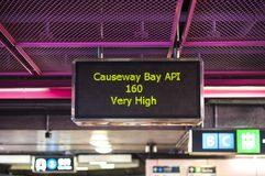 ` Muito alto do ` da leitura de Hong Kong Air Pollution Index na estação da baía MTR da calçada imagens de stock royalty free