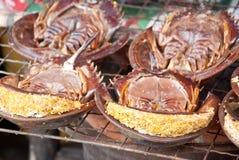 Muito caranguejo em ferradura grelhado em uma grade Foto de Stock
