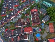 Muito casa na cidade pequena fotografia de stock royalty free