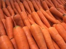 Muito cenoura na prateleira para a venda no supermercado Imagem de Stock