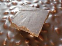 Muito chocolate escuro Fundo do chocolate com porcas Barra de chocolate Imagem de Stock