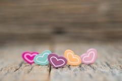 Muito coração da cor no fundo de madeira Conceito do dia de Valentim do espaço da cópia imagens de stock