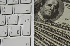 Muito dinheiro em um teclado de computador Foto de Stock Royalty Free