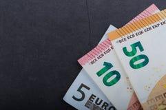 Muito dinheiro europeu Denominações diferentes em um fundo cinzento 5, 10, 50 euro foto de stock