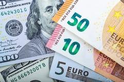 Muito dinheiro europeu Denominações diferentes em um fundo cinzento 5, 10, 50 euro imagem de stock