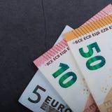 Muito dinheiro europeu Denominações diferentes em um fundo cinzento 5, 10, 50 euro imagens de stock