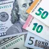 Muito dinheiro europeu Denomina??es diferentes em um fundo cinzento 5, 10, 50 euro foto de stock