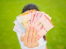 Muito dinheiro na mão da mulher Imagens de Stock