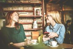 Muito engraçado Mulheres no café imagens de stock royalty free