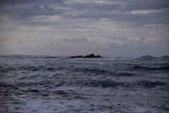 Muito escuro e metal o oceano, recife enchido acima com os selos no meio, Apollo Bay, Victoria, Austrália Imagens de Stock