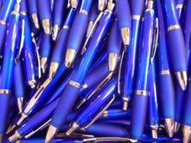 Muito esferográfica azul Imagem de Stock