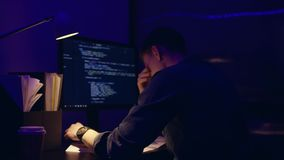 Muito executivo empresarial frustrante Tired que trabalha tarde na noite no escrit?rio, est? olhando fixamente no tela de computa filme