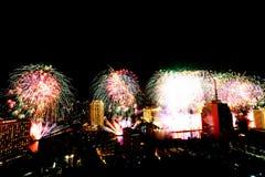 Muito a explosão colorida dos fogos de artifício voa o céu noturno foto de stock