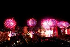 Muito a explosão colorida dos fogos de artifício voa o céu noturno foto de stock royalty free