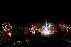 Muito a explosão colorida dos fogos de artifício voa o céu noturno imagem de stock royalty free