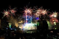 Muito a explosão colorida dos fogos de artifício voa o céu noturno imagens de stock