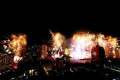 Muito a explosão colorida dos fogos de artifício voa o céu noturno imagens de stock royalty free