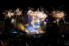 Muito a explosão colorida dos fogos de artifício voa o céu noturno imagem de stock