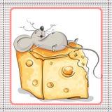 Muito feliz o rato encontra-se em uma parte enorme de queijo ilustração stock