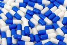 Muito fundo azul e branco das cápsulas dos comprimidos Imagem de Stock