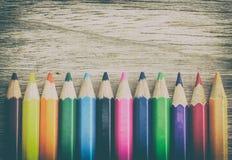 Muito lápis afiado da cor na madeira de Brown imagens de stock royalty free