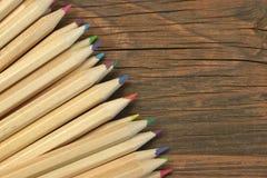 Muito lápis afiado da cor no fundo vazio de madeira vazio fotos de stock royalty free