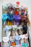 Muito lenço colorido pendurado como lembranças fotografia de stock